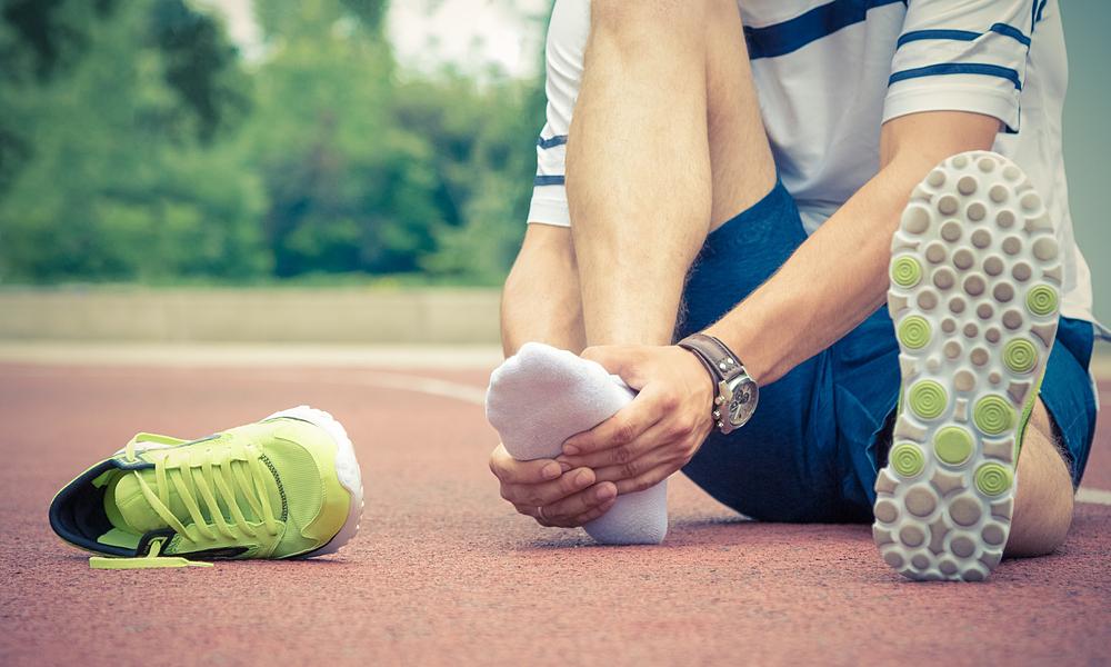 Chân bị phồng rộp đau rát do di giày thể thao