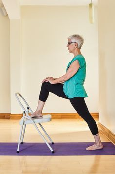 Người cao tuổi tập thể dục tại nhà