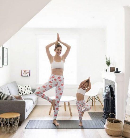 Mẹ và bé tập yoga tại nhà