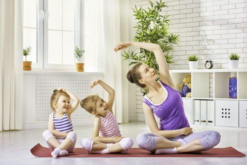 Cha mẹ hướng dẫn trẻ tập thể dục buổi sáng